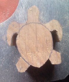 Small carved turtleManufacture of a small turtle carved in oak, fast and simple enough to implement. No need big machines and gouges a coping saw enough. Small Woodworking Projects, Woodworking Supplies, Woodworking Jigs, Wood Projects, Dremel Projects, Whittling Projects, Whittling Wood, Simple Wood Carving, Small Turtles