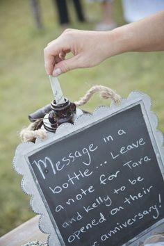 Adorei essa ideia, Co! Pedir para os convidados escreverem um bilhetinho e colocar em uma garrafa, e vocês abrem no aniversario de 1 ano de casados #weddingdecoration