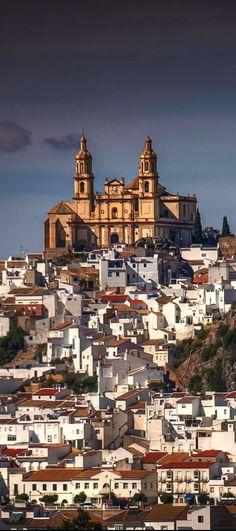 Olvera, Spain Parroquia de Nuestra Señora de la Encarnación alto en la montaña. Tambien hay el Castillo Árabe y el Casco Antigü. La ciudad fue construido 700 años pasado.