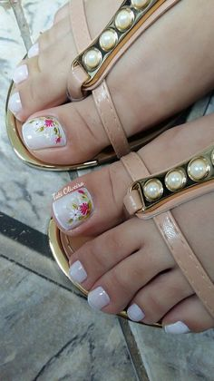 E porque um pé bonito é fundamental numa mulher, separamos vários modelos de decoração para você se inspirar. Muitos meninas gostam de decorações simples nos pés, mas outras gostam de desenhos, adesivos e até mesmo jóias e pedras. Confira a galeria abaixo e veja 22 lindas decorações. 22 Modelos de unhas pintadas e Toe Nail Art, Toe Nails, Gel Toes, This Little Piggy, Manicure And Pedicure, Pedicures, Toe Nail Designs, Nail Trends, Cartier Love Bracelet