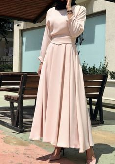 Y E N İ Ü R Ü N. yeşil Mevlana Model dress made of powder belt with detail. Modern Hijab Fashion, Abaya Fashion, Muslim Fashion, Fashion Wear, Modest Fashion, Fashion Dresses, Fashion Muslimah, Hijab Skirt, Hijab Dress Party