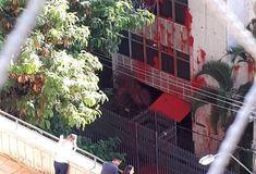Três ônibus com militantes do PT pararam em frente ao prédio em que a ministra Cármen Lucia, presidente do Supremo Tribunal Federal (STF), mantém um apartamento em Belo Horizonte e jogaram tinta vermelha nas paredes externas, deixando a fachada toda manchada.