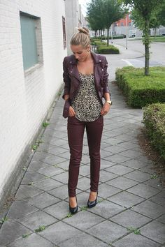 Burgundy skinny jeans and a patterned top. Fun fall outfit.--Wish List!