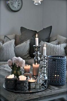 50 shades of grey. #knus. Gebreide kussens en kaarsjes op tafel.