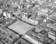 Panorámica de la Plaza de Bolívar c.a. 1960 Saúl Orduz Fondo Saúl Orduz… Paris Skyline, New York Skyline, Back In Time, Liverpool, City Photo, Plaza, Tours, America, Landscape