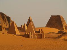 PIRAMIDES DE MEROÉ en la zona norte del actual Sudán. Ubicadas en pleno desierto cerca del Nilo.