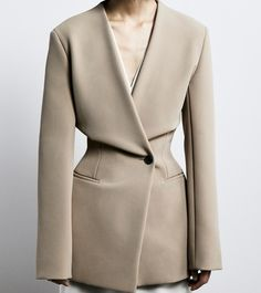 """Minimalism Excellence ✨The Row has such an """"understated luxury"""" image, simple, clean lines with strategically placed exceptional details ! The Row woman is truly a sophisticated one 👏🏻, 70s Fashion, Fashion Week, Fashion 2020, Look Fashion, Fashion Details, Korean Fashion, Winter Fashion, Fashion Outfits, Womens Fashion"""
