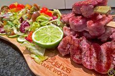 Een gegrild spiesje van Secreto Iberico, het sappigste stukje vlees van het Iberisch varken (dit zijn niet de sneden van het staartstuk maar wel van het stuk tussen de rug en de ribben) met een knapperige gemengde salade. Super simpel, super snel en super lekker…