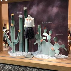 Store window displays, shop window displays и window display design. Window Display Retail, Window Display Design, Window Display Summer, Display Windows, Visual Merchandising Displays, Visual Display, Propaganda Visual, Vitrine Design, Decoration Vitrine
