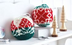 Free knitting pattern by Arne & Carlos; available to download at http://www.letsknit.co.uk/free-knitting-patterns/exclusive-arne-carlos-baubles?utm_source=lknewsletter&utm_medium=20161126&utm_campaign=monthly