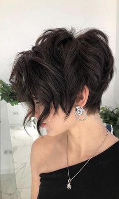 From committing to that fierce collarbone-grazing cut you've been dreaming of to finally getting those perfectly wispy bangs on your signature bob, a short brunette haircut needs to be in your future. Layered Bob Haircuts, Very Short Haircuts, Round Face Haircuts, Cool Haircuts, Bob Hairstyles, Short Brunette Hairstyles, Wedding Hairstyles, Hairstyle Men, Formal Hairstyles