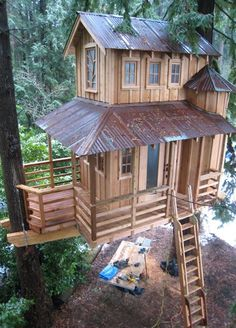 Would love to build a tree house like this for Kaymin in our backyard. - Tree House, Seattle, Washington photo via petenelson Awesome tree house. Beautiful Tree Houses, Cool Tree Houses, Tree House Designs, Unusual Homes, In The Tree, Little Houses, Play Houses, Architecture, My Dream Home