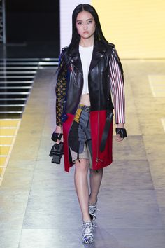 Louis Vuitton Spring 2016 Ready-to-Wear Collection Photos - Vogue Paris Fashion Week 2015, New York Fashion, High Fashion, Womens Fashion, Fashion 2016, Vanity Fair, Louis Vuitton, Suzy, Cool Outfits