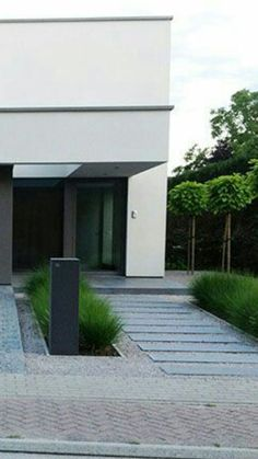 Pad met tegels gecombineerd met grassen Path with tiles combined with grasses Patio Design, Garden Design, Enclosed Patio, Small Places, House Entrance, Front Yard Landscaping, Curb Appeal, Exterior, Landscape