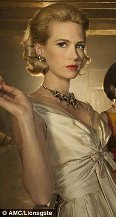 """Ela pode ser A PIOR, mas Betty (ex Draper) Francis é uma rainha. O combo cabelo + make """"Grace Kelly"""" fica lindíssimo na January Jones."""