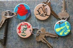 porte clé fete des peres, petites rondelles en bois, customisées au feutre  et à 7cd848886fb