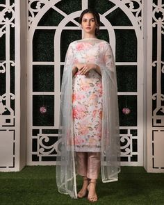 Love this white pink floral kurta pant set with mint blue dupatta by Geethika Kanumilli Are you looking for some Latest Bride Sister Lehengas? Check out the latest Gayatri spring summer collection by Geethika Kanumilli. Party Wear Indian Dresses, Designer Party Wear Dresses, Indian Fashion Dresses, Kurti Designs Party Wear, Dress Indian Style, Indian Wedding Outfits, Indian Designer Outfits, Indian Outfits, Indian Designers