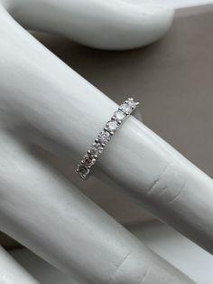 Jonc semi-éternité en or blanc Bangles, Bracelets, Eternity Bands, Jewelry, Products, Bangle Bracelet, White Gold, Fresh, Human Height