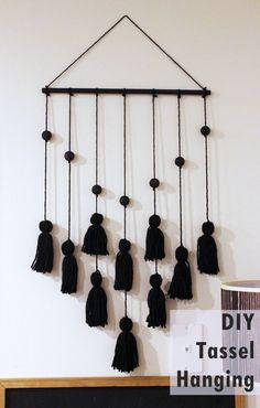 Tassel Hanging DIY Project - Home Decorating Trends - Homedit Wall Hanging Crafts, Diy Wall Art, Diy Hanging, Diy Tassel, Tassels, Easy Crafts, Easy Diy, Simple Diy, Diy Beaded Rings