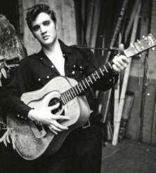 """1954  /Elvis Presley au Grand Ole Opry  / Il fait sa première et dernière apparition au Grand Ole Opry, y interprétant la chanson """"Blue Moon of Kentucky"""". Un responsable du célèbre festival country conseille alors au jeune chanteur de retourner à son métier de chauffeur de camions."""