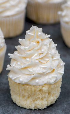 This the best vanilla cupcakes recipe! Super moist, light and full of flavor. Super versatile and can be used for any occasion. Best Vanilla Cupcake Recipe, Moist Vanilla Cupcakes, Mocha Cupcakes, Strawberry Cupcakes, Velvet Cupcakes, Flower Cupcakes, Wedding Cake Cupcakes, Wedding Cupcake Recipes, Moist Cupcake Recipes