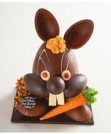 Thuriès. La lapin carotte. Assortiments de croquelines, de chocolats au lait, noirs et blancs, et de chocolats macarons.