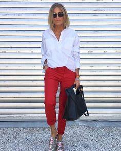 20 Jährige: Wie roten Oberteil mit weißer Schuhe aus Leder