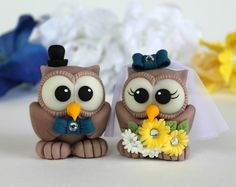 Custom love bird wedding cake topper - owl bride and groom yellow blue Polymer Clay Figures, Polymer Clay Animals, Fondant Figures, Fimo Clay, Polymer Clay Projects, Clay Owl, Owl Cake Toppers, Wedding Cake Toppers, Owl Cakes
