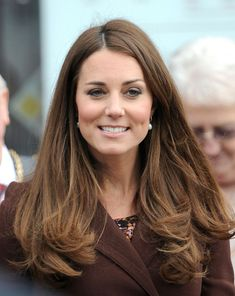 Kate Middleton or the Duchess of Cambridge always look beautiful and trendy. Brown Blonde Hair, Brunette Hair, Hair Day, New Hair, Looks Kate Middleton, Kate Middleton Makeup, Kate Middleton Haircut, Face Framing Hair, Princesa Kate Middleton