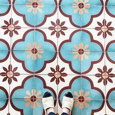 carreaux de ciment bleu et rouge fleurs brocante anciens rose cadillac blog deco vintage