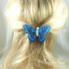 barrette française 6 cm papillon soie bleu pailleté, corps perles blanches, collection Maéva, coiffure romantique, printemps, made in France