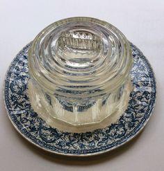 lasinen juustokupu ja lautanen . halkaisijat 16 ja 26.5cm . @kooPernu