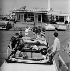 Teenagers hanging out at the local drive in, // LIFE photo archives Old Pictures, Old Photos, Vintage Photos, Vintage Cameras, Antique Photos, Victory Rolls, 1950s Teenagers, Life In The 1950s, Teen Hangout