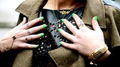 Probably you have already removed the warm and thick gloves to cover your hands in winter. But once you remove them you need a fabulous manicure showing your beautiful hands!    One idea is to bet on green nails!     Colors of blue-green ran