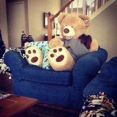 Ein Riesen Teddy auf dem Sofa zum Kuscheln