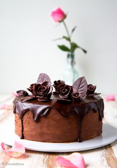 Tästä kakusta ei suklaata jää puuttumaan, sillä sitä on niin pohjassa, täytteessä, kuorrutteessa kuin koristeissa.