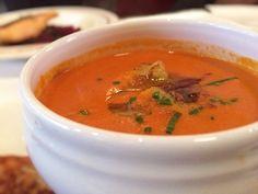 2月2日の得する人損する人の「鍋-1グランプリ2017」で放送されたサイゲン大介ことうしろシティの阿諏訪さんによるレシピ、トマト鍋つゆにエビを入れて作る「濃厚エビのビスク鍋」の作り方をまとめてみました! エビの殻からだしを取り、濃厚なスープに仕上げ締めにフランスパンを入れた絶品鍋です。
