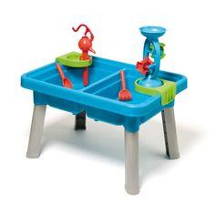 Avec cette table sable et eau, l'enfant découvre les plaisirs de jouer avec l'eau et le sable sans attendre d'être à la plage. Il enlève le couvercle de la table et joue avec les nombreux accessoires : un moulin, une pompe à eau, une pelle, un râteau et une cuillère. Il actionne la pompe, fait tourner le moulin, mélange, creuse... et multiplie les expériences. C'est toujours un plaisir de patouiller. Quand les beaux jours s'éloignent, l'enfant recouvre cette table de son couvercle. Elle ...