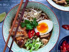 Ramensoppa med kyckling och het chili. Servera denna vackra och välsmakande soppa till vardag, fredagsmys eller finmiddag! Här hittar du vårt recept.