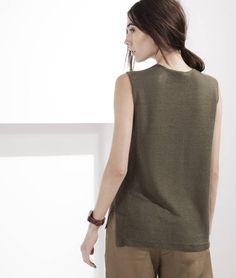 De diversos modelos e padronagens, as blusas são essenciais no armário feminino, decotes diferentes, regatas e as melhores opções.Confira.