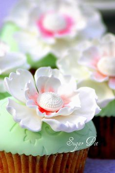 White flowers cupcakes