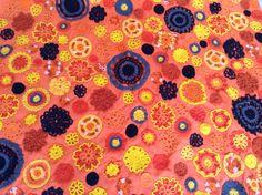 Se usaron más de 300 flores tejidas a mano para la capa de BATMAN.
