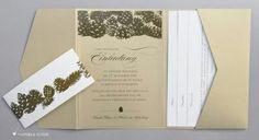 In Teil 4 unserer Serie zu Winterhochzeiten geht es um die Einladungen. Ihr Farbschema führen Sie am besten gleich mit den Einladungskarten ein, wenn Sie sich zu diesem Zeitpunkt schon für eine farbliche Gestaltung Ihrer Hochzeitsfeier entschieden haben.Ob Sie sie nun kaufen oder selber machen, so passen Ihre schönen Wintereinladungen zur Deko und zum Look Ihrer Hochzeit.