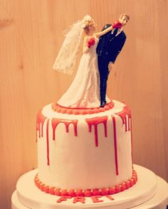 Freedom:& cake was topped with a bride donning in gloves punching her groom in the face and completed with blood red icing dripping down the sides White Chocolate Ganache, Melting Chocolate, Horror Cake, Divorce Party, Divorce Cakes, Novelty Birthday Cakes, White Cakes, Cakes For Women, Cake Videos