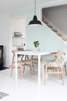 Wit, licht hout en munt kleur (pastel) in de eetkamer