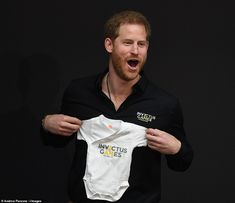 May 2019 ~ Prince Harry, Duke of Sussex, receives gifts for his son, Archie, including an Invictus Games baby onesie. Prince Harry And Megan, Prince Henry, Harry And Meghan, Windsor, Doria Ragland, Royal Uk, Prinz Harry, Royal Babies, Princesa Diana