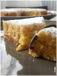 GÂTEAU ITALIEN à l'AMANDE et aux AGRUMES – 350 g d'amandes en poudre (j'ai mis 175 g, je les ai mondées, torréfiées, moulues moi-même, et ça vaut le coup !), – 210 g de sucre en poudre (j'ai mis 105 g), – 4 oeufs (2 oeufs), – 4 càs de maïzena (2 càs), – zeste de deux oranges (zeste de une), – zeste d'un citron (1/2), – jus de deux oranges (1/2 pour la pâte, un autre pour l'imbibage après cuisson), – jus d'un citron (1/2).
