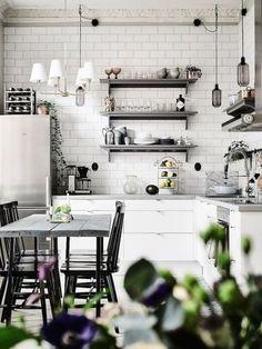 W białej kuchni połączono prostotę z eleganckimi elementami. Wystarczy spojrzeć na sztukaterię pod sufitem albo na...