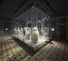 DIORMAG   en Corée du Sud, pénétrez en image dans le Dongdaemun Design Plaza à Séoul et découvrez en avant-première l'exposition Esprit Dior qui ouvrira ses portes demain.