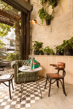 Urban Industrial Decor To A Stunning Place Cute Coffee Shop, Small Coffee Shop, Coffee Shop Design, Coffee Shops, Cafeteria Vintage, Restaurant Interior Design, Cafe Interior, Interior Styling, Home Design
